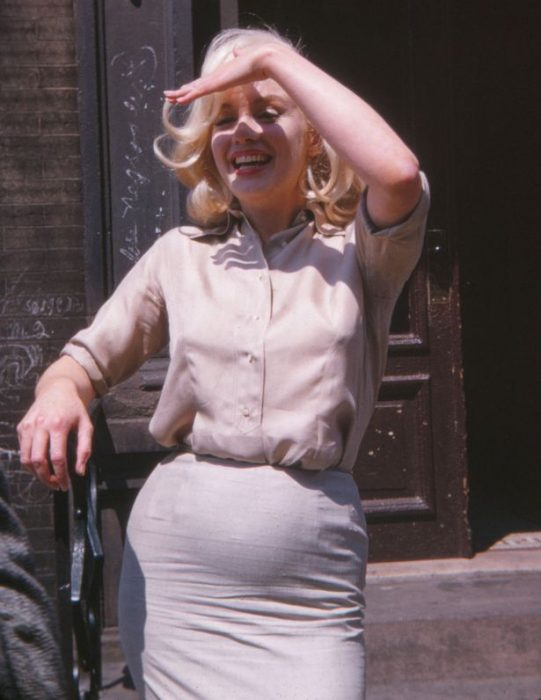 Marilyn Monroe Embarazada mano cubre cara