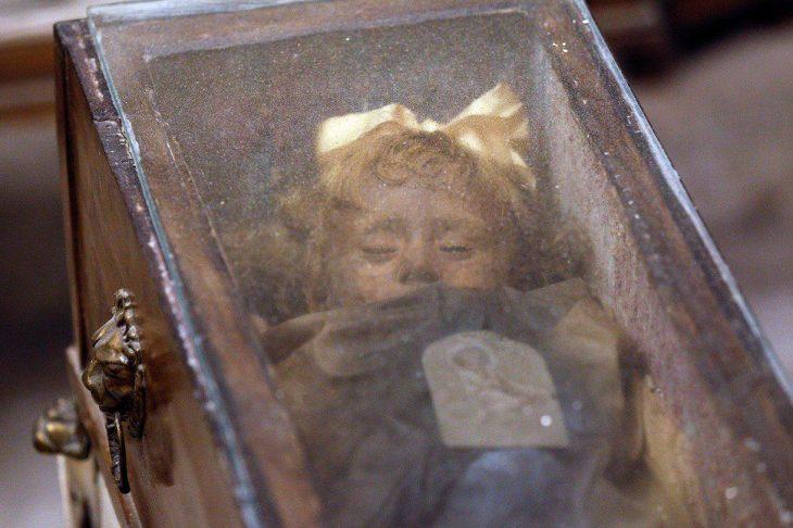 Niña en catacumbas de Palermo