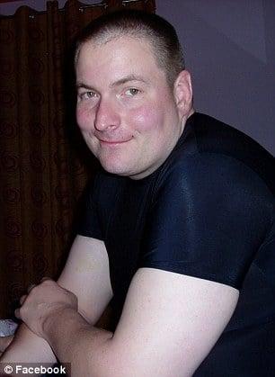 Hombre con camiseta negra