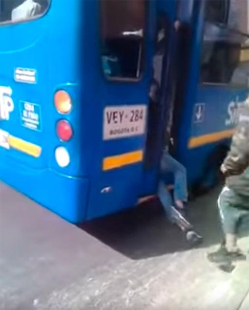 Hombre atrapado en autobús