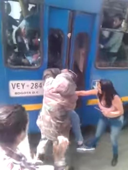 Intentan liberar a hombre atrapado en autobús
