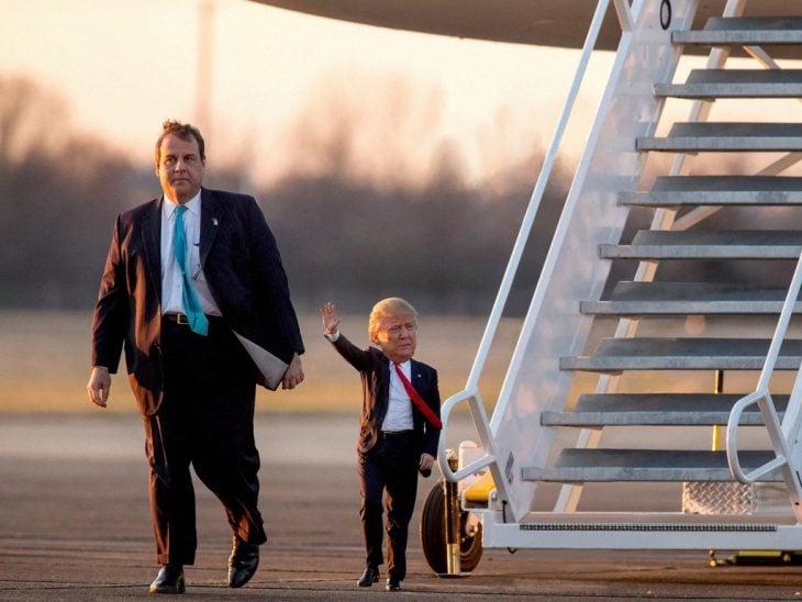 Tiny Trumps saludando abajo del avión