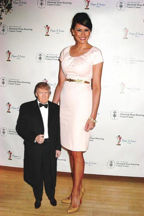 Tiny Trumps al lado de Melania