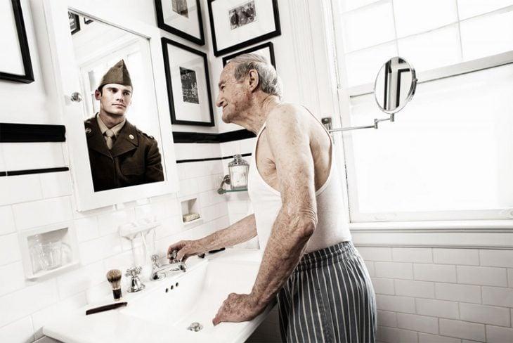 Tom Hussey galería reflexiones hombre militar espejo
