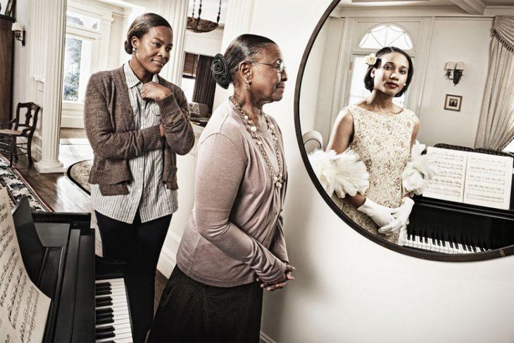 Tom Hussey galería reflexiones Mujer en espejo
