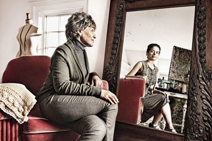 Tom Hussey galería reflexiones mujer sentada en sillón