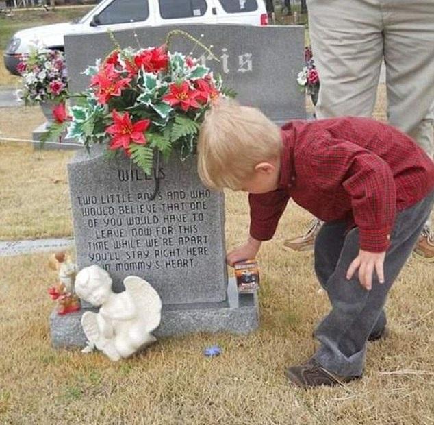 Walker en la tumba de su hermano