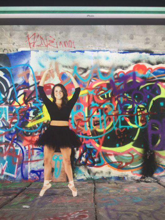 Chica vestido negro grafiti pene