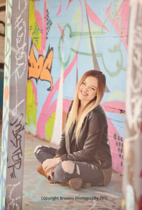 Chica fotografía pene grafiti