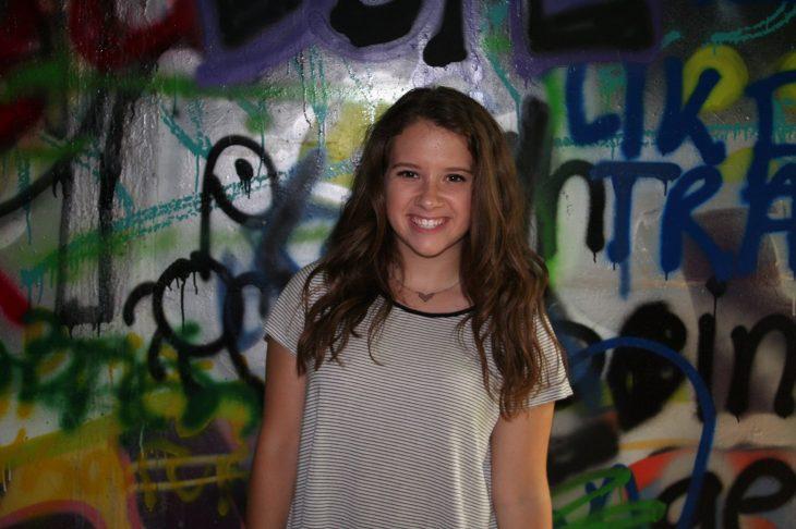 Chica sonriendo detras pene