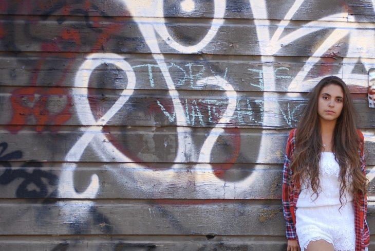 Chica camisa cuadros grafiti pene
