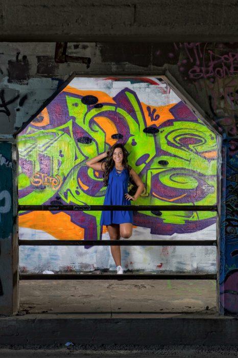 Chica posando vestido azul etiqueta porno