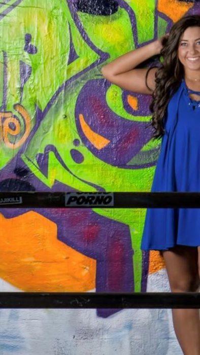 Chica posando vestido azul etiqueta porno zoom