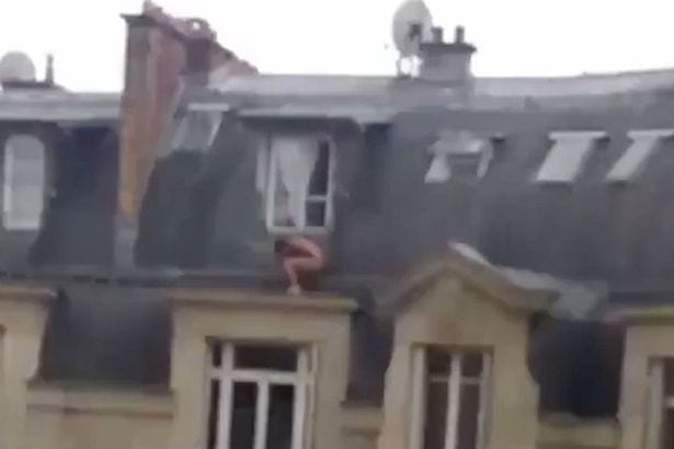 Hombre desnudo en la cornisa