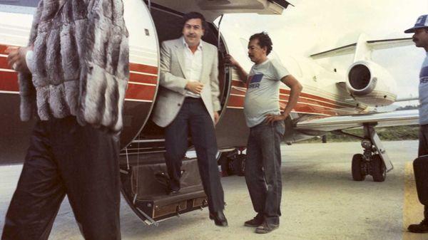 Pablo Escobar baja de su avión privado