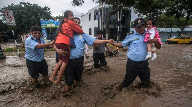 policias ayudan inundacion