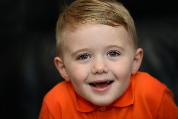 niño camisa naranja