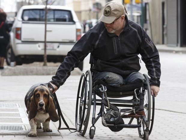 Veterano en silla de ruedas