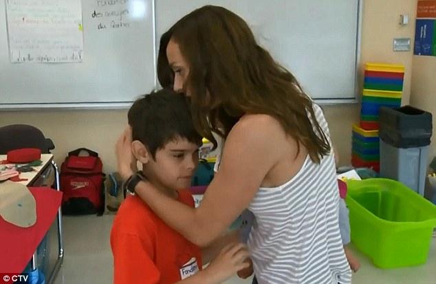 Maestra abraza a su alumno