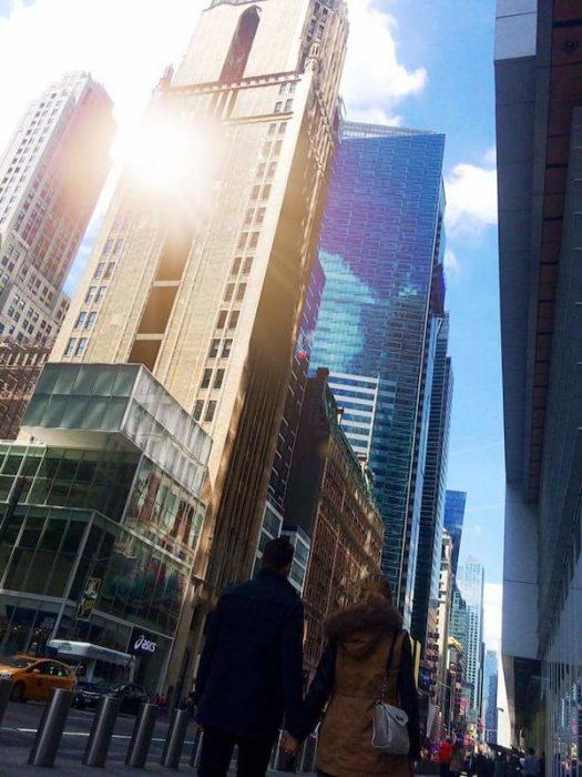 Pareja caminando entre edificios