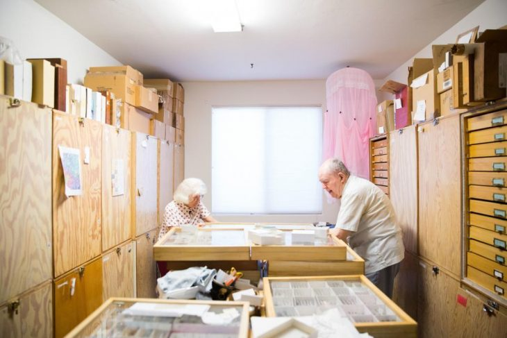 Pareja de ancianos trabajando