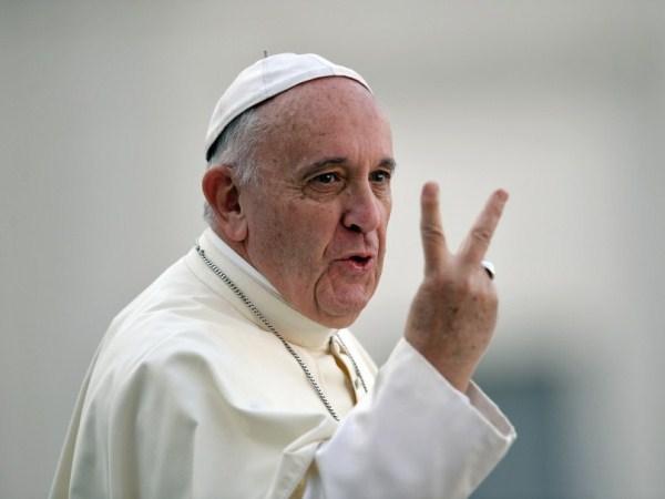 Papa Francisco hace señas