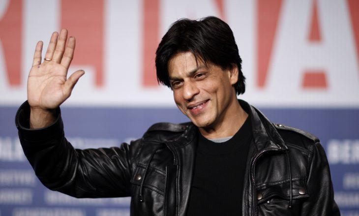 Shah Rukh Khan saluda