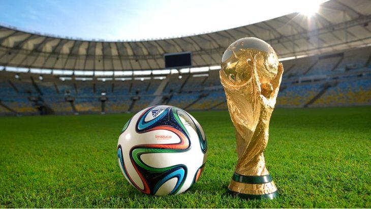 Trofeo y balón de FIFA