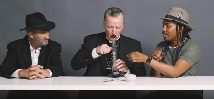 Rabí, sacerdote y ateo fuman marihuana