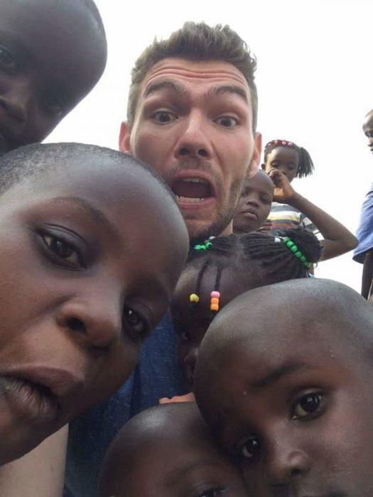 Hombre con niños africanos