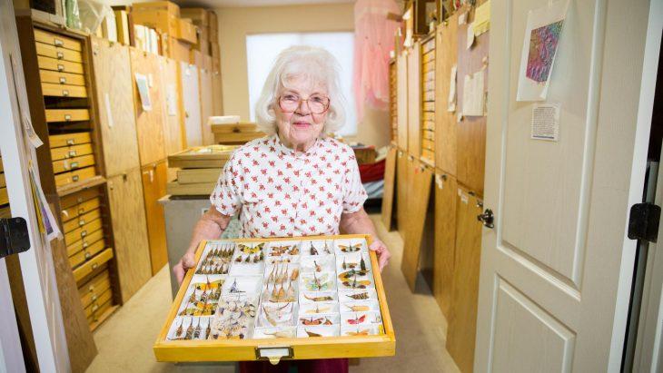 Anciana con insectos