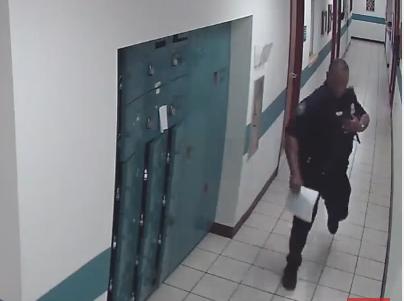 Policía huye de ratón