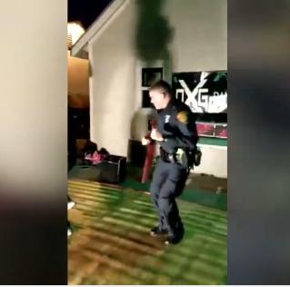 policia bailarín