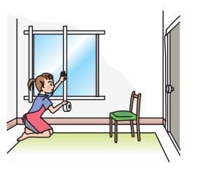 mujer cierra ventanas
