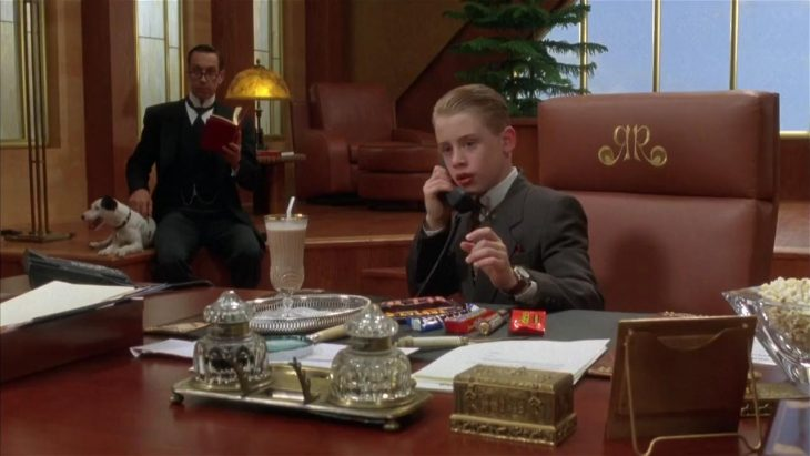 ricky Ricón hablando por teléfono