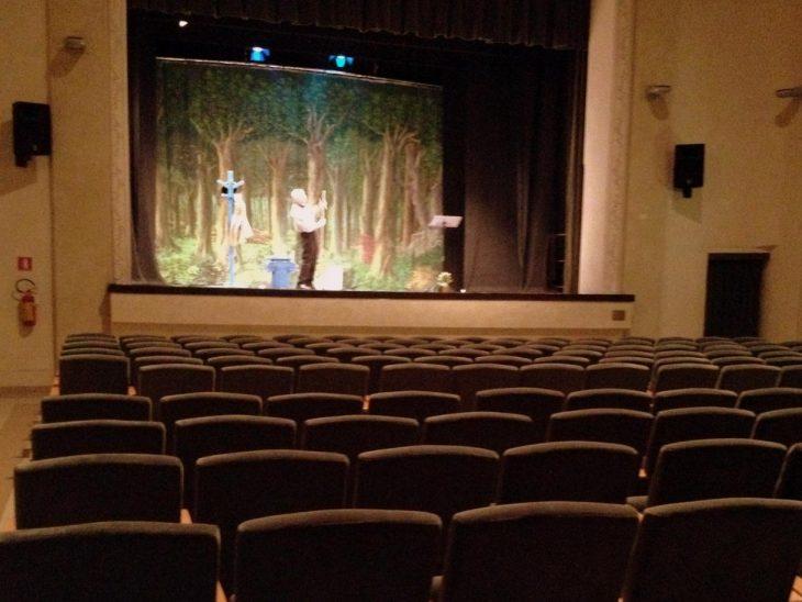 Actor en teatro vacío