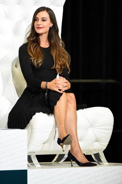 Ariana Rockefeller sentada