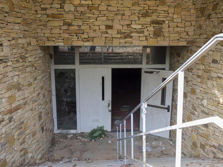 entrada de funeraria abandonada