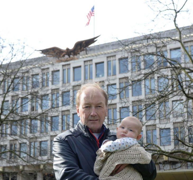 Bebé es interrogado por embajada de EU