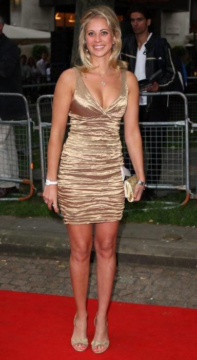 Holly Branson con vestido dorado