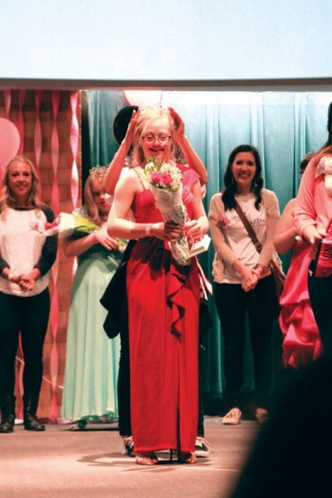 Mikayla Holmgren coronada como reina