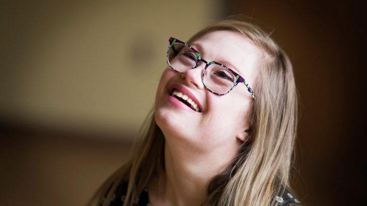 Mikayla Holmgren sonríe