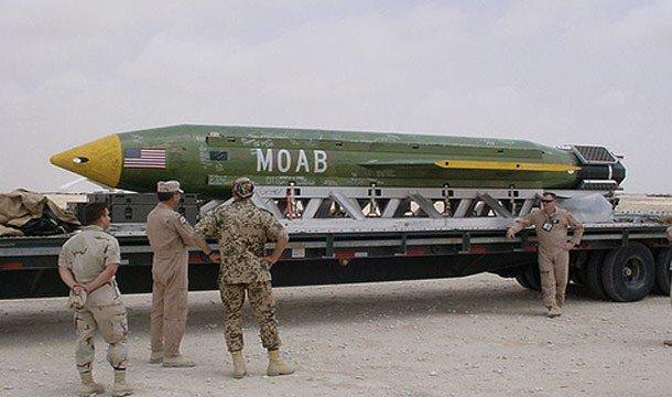 Soldados con MOAB