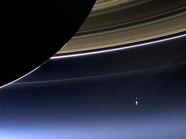 La sonda espacial Cassini en recientes fechas anunció que existe la posibilidad de vida en una de las lunas de Saturno, y de llegar a comprobarse, puede que humanos vean a la tierra, como la vemos en estas fotografías 3