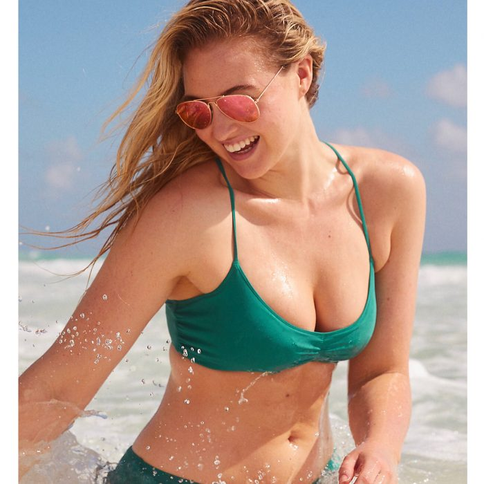 Iskra Lawrence en la playa