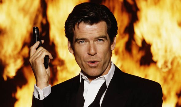 goldeneye pierse brosnan james bond con llamas