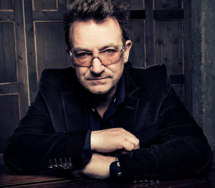 Bono U2 traje negro gafas
