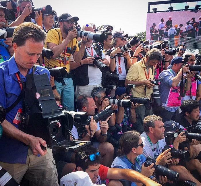 Fotógrafo de F1 con cámara antigua