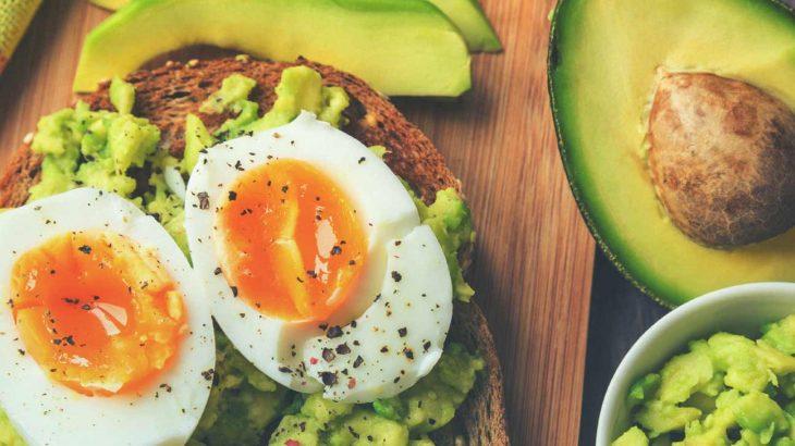 tostada de aguacate con huevo millennial