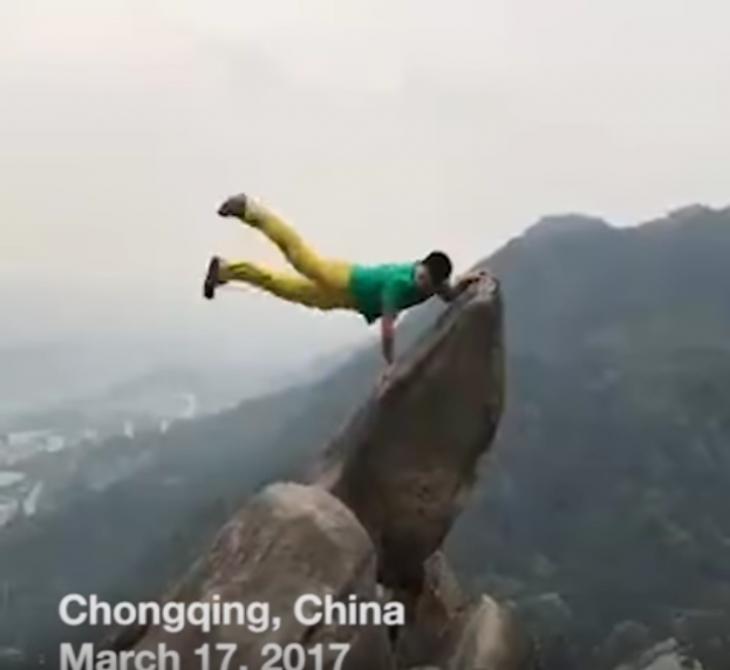 hombre cae del precipicio por una foto